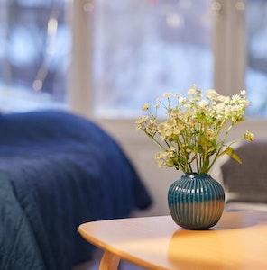 Hvite blomster i vase på et bord
