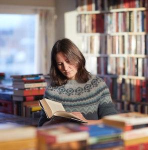 En kvinne blar i en bok